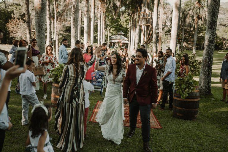 Joelia muy feliz le choca los cinco a Licelot la wedding planner