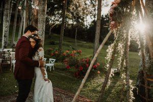 Raúl y Joelia se abrazan frente al tipi