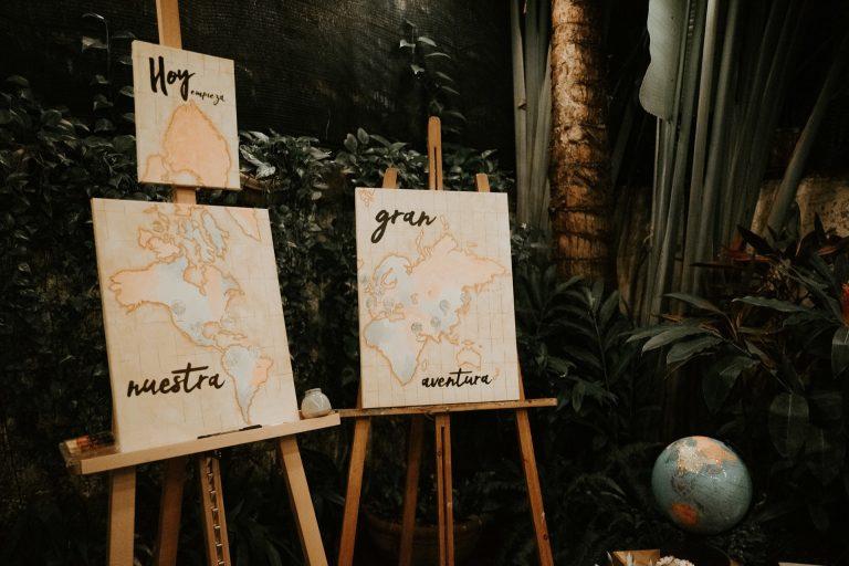 Caballetes con cuadro con mapas realizados por Joelia
