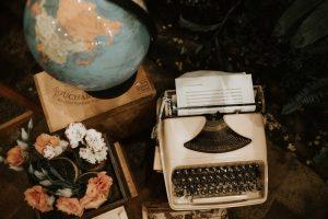Elementos vintage. Máquina de escribir, cajas de madera, maletas, flores