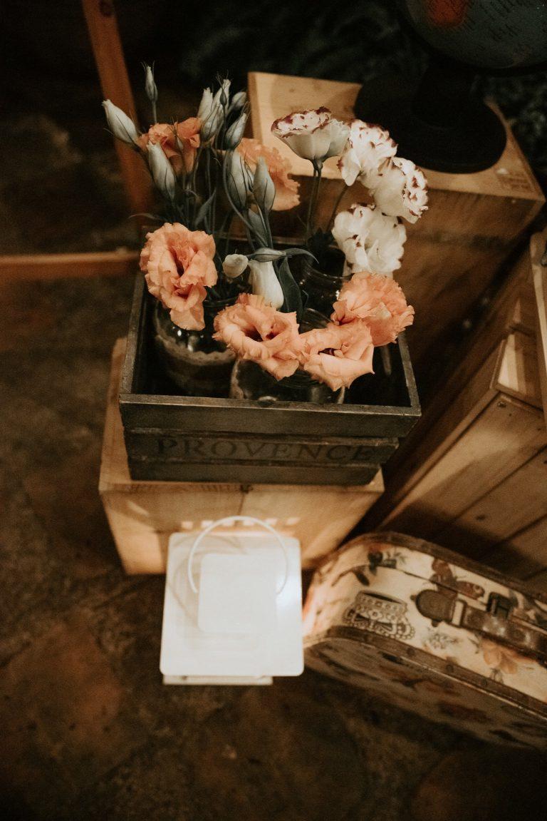 Flores dentro de caja de madera. Elementos Vintage