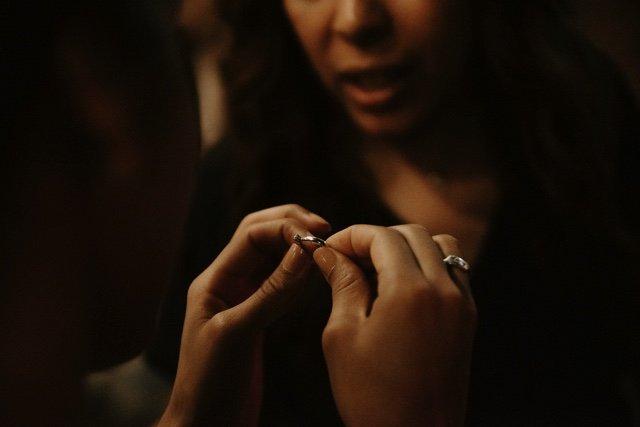 Joelia le enseña el anillo de compromiso a Licelot